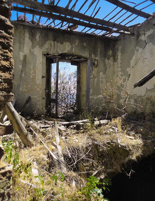 ペンテダッティロ 悲劇を背負い廃墟と化した奇岩の村_f0205783_21224259.jpg