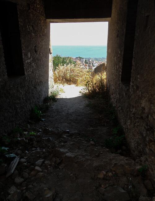 ペンテダッティロ 悲劇を背負い廃墟と化した奇岩の村_f0205783_21231715.jpg