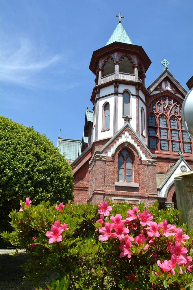 聖ヨハネ教会堂と残ったツツジの花_e0373930_21170174.jpg