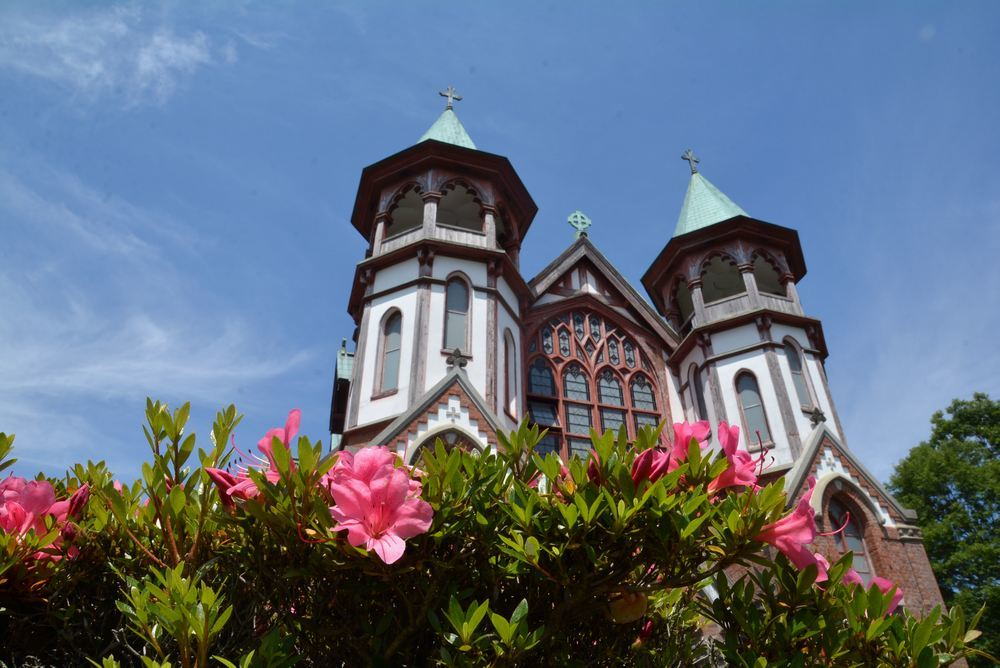 聖ヨハネ教会堂と残ったツツジの花_e0373930_21170181.jpg
