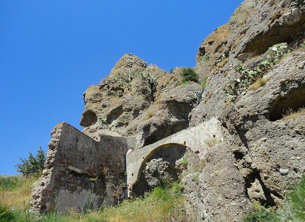 ペンテダッティロ 悲劇を背負い廃墟と化した奇岩の村_f0205783_20365160.jpg