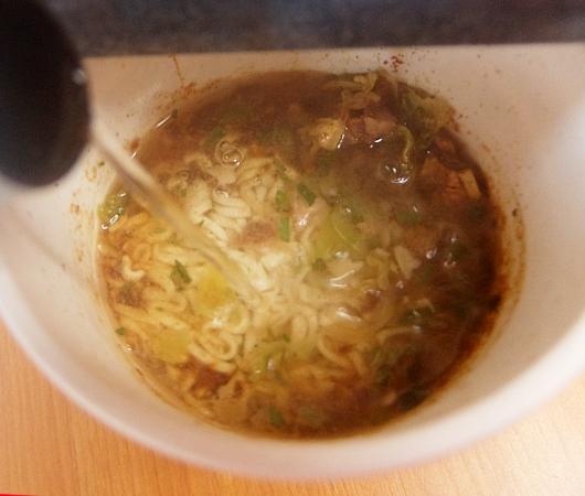 米国版カップヌードル史上初のスープなしヌードル、ステア・フライ(Stir Fry、焼きそば)食べてみました_b0007805_00232339.jpg