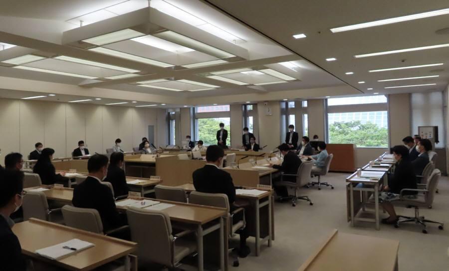 常任委員会審査_f0059673_22480960.jpg