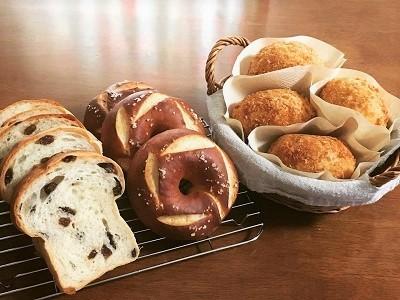 スーパーカメリヤでレーズン食パン、カレーパン、プレッツェルベーグル_f0231189_14092715.jpg