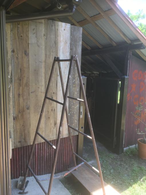 南側の納戸。その7。古いのトタンと古い足場板。_f0182246_21433441.jpg