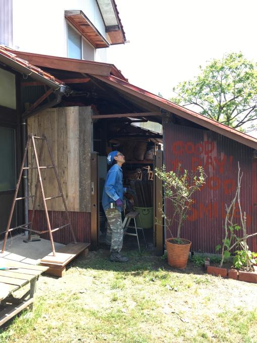 南側の納戸。その7。古いのトタンと古い足場板。_f0182246_21440162.jpg