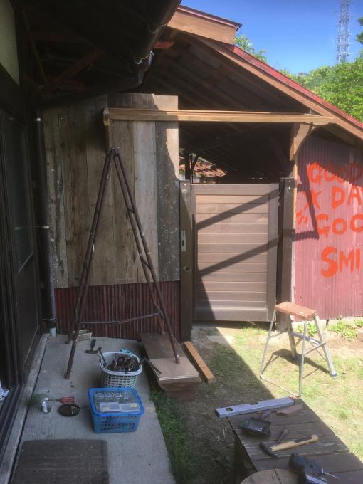 南側の納戸。その7。古いのトタンと古い足場板。_f0182246_21510920.jpg