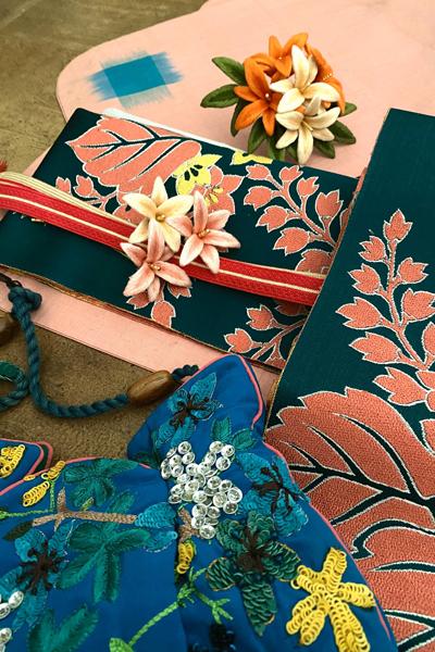 百合の立体刺繍の帯留めと髪飾りに鮮やかな銘仙の着物コーディネート_e0333647_16111168.jpg