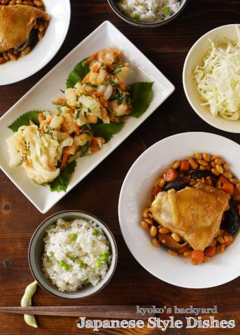 豆ごはん、チキンと大豆の煮物、かき揚げが並んだ和食な食卓_b0253205_23502875.jpg