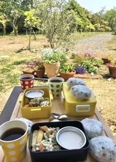 お庭でランチ_c0245240_20051135.jpeg