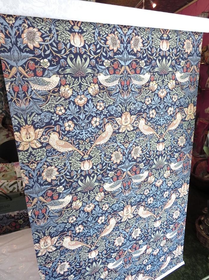 モリスの織物生地『いちご泥棒』で製作したロールスクリーン モリス正規販売店のブライト_c0157866_19380123.jpg