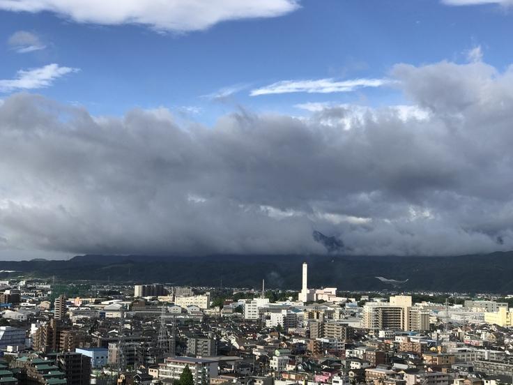 おはよう丹沢!梅雨入り前の不穏な雲。_c0212604_6282095.jpg