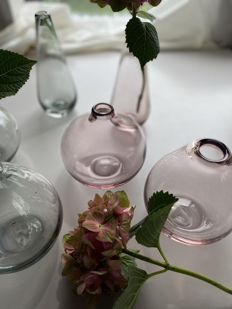 微かなピンクとグレーのガラスのフラワーベース_c0334574_15350673.jpeg