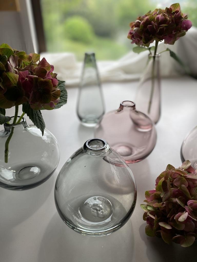 微かなピンクとグレーのガラスのフラワーベース_c0334574_15585636.jpeg