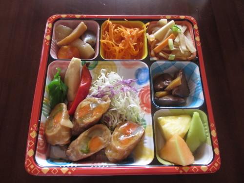 今日の日替わり弁当は野菜肉巻きロール_b0340798_11214175.jpg