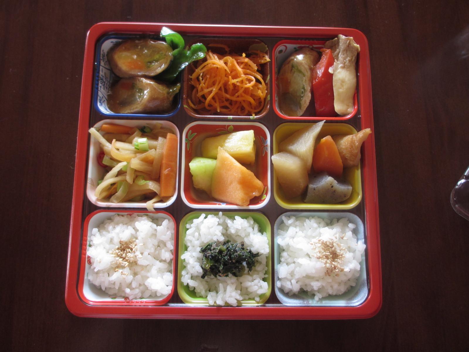 今日の日替わり弁当は野菜肉巻きロール_b0340798_11215397.jpg