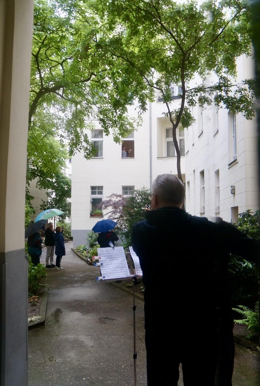 中庭越しコンサート、夕方雷雨予報のため今週末はお休みです。_c0180686_16185707.jpeg