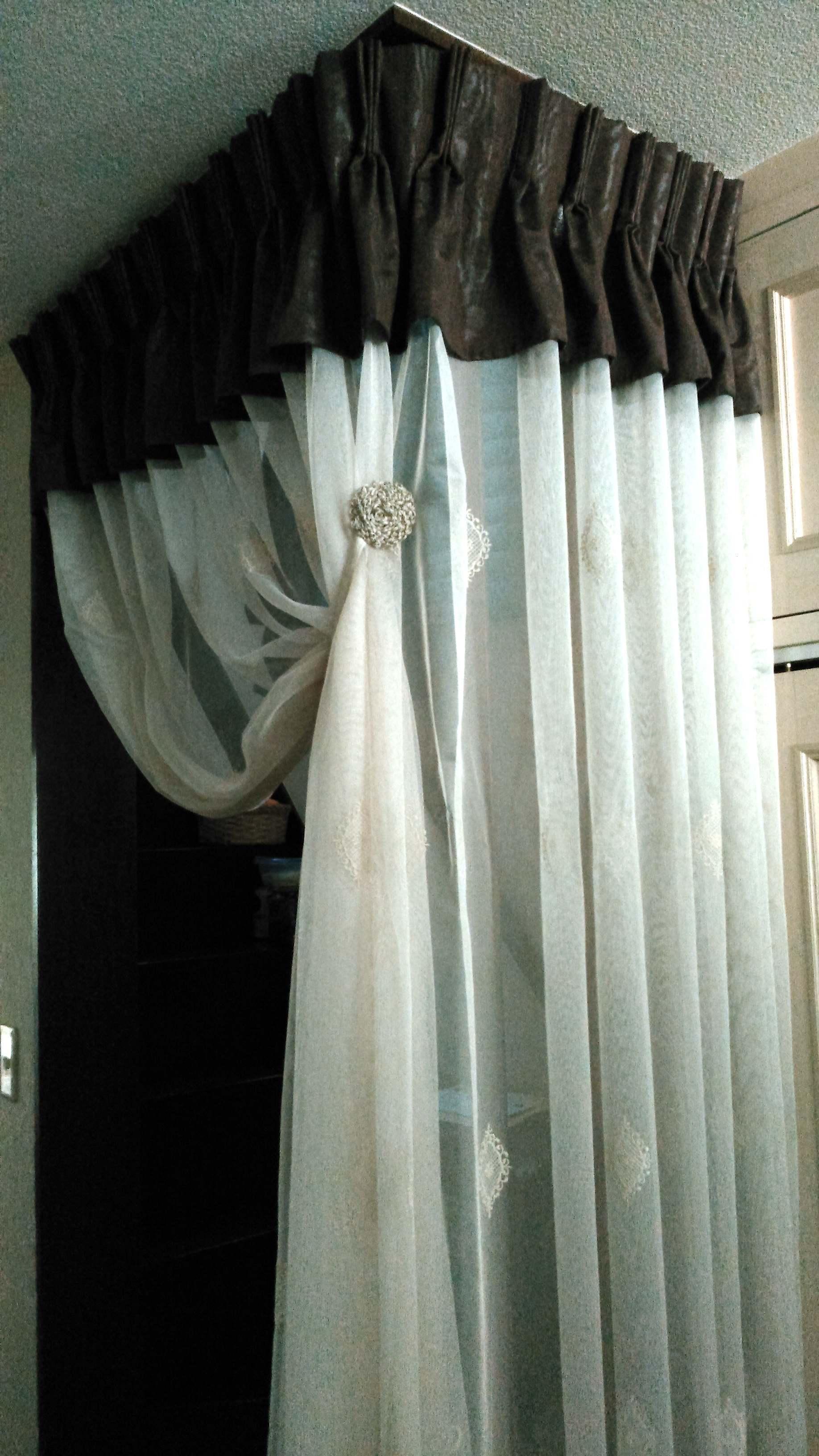 階段と廊下の仕切りに刺繍レースカーテン モリス正規販売店のブライト  _c0157866_20121276.jpg