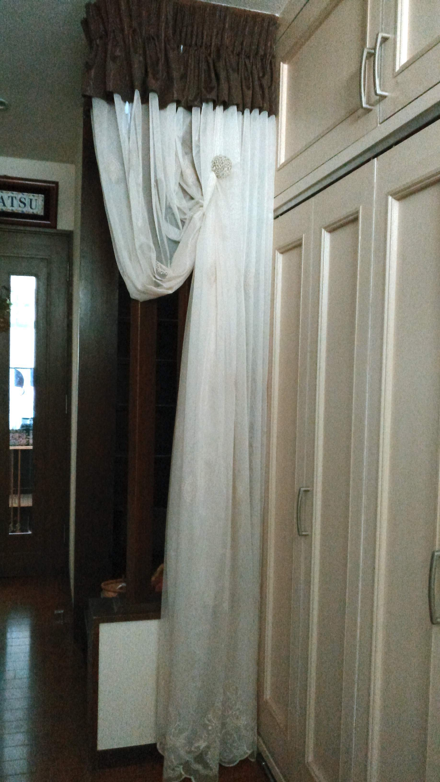 階段と廊下の仕切りに刺繍レースカーテン モリス正規販売店のブライト  _c0157866_20123347.jpg