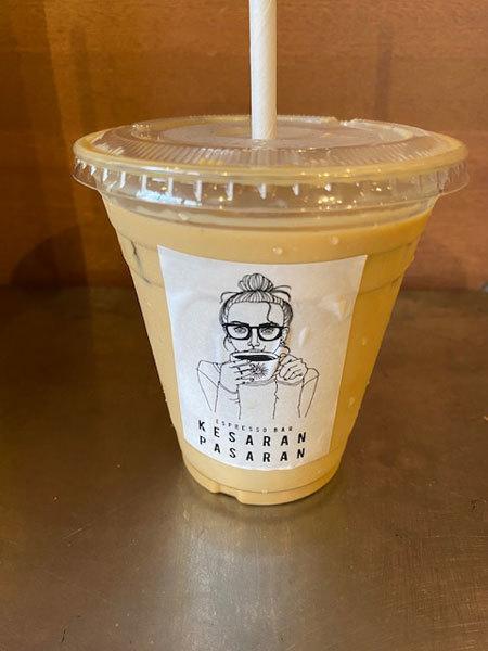 金沢(新竪町):Espresso Bar ケサランパサラン「アイスカフェラテ、トムとジェリーのチーズケーキ」_b0089578_14343413.jpg