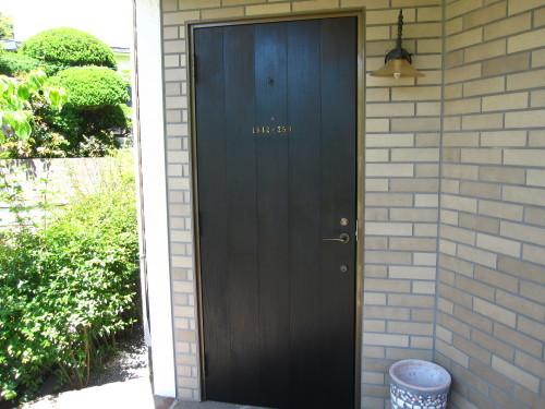 玄関ドア 三度目の塗り直し_e0350927_18143855.jpg