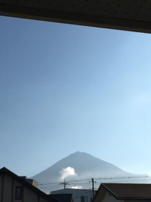 梅雨の合間に富士山が見えるぞ、昨日まで5月並みの冷え込みだったけど、今日はいい天気。_c0083072_07040279.jpg