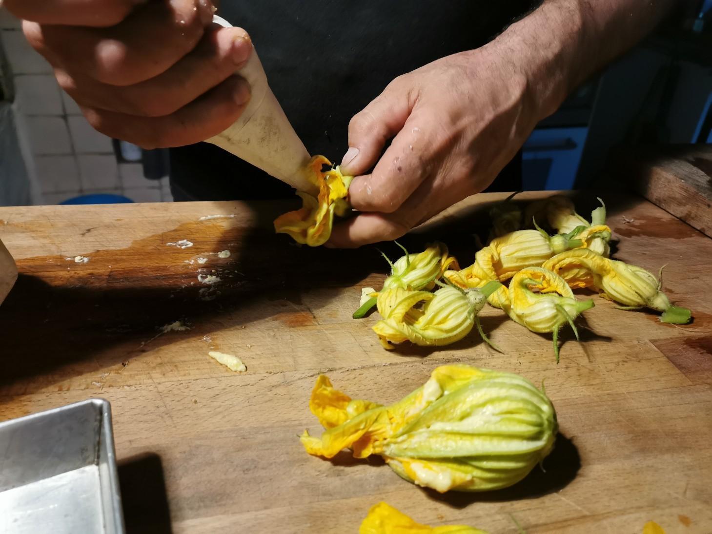 今のイタリアの旬の食べ物は・・・ズッキーニの花のフライ_f0106597_01071850.jpg