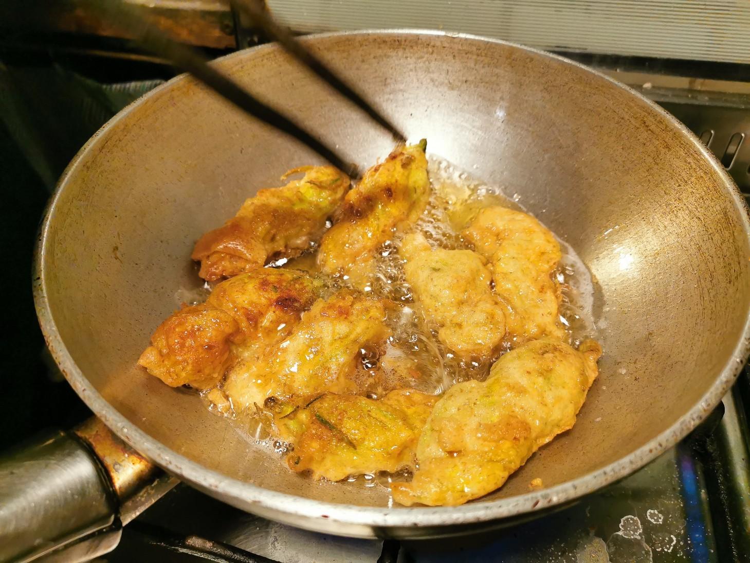 今のイタリアの旬の食べ物は・・・ズッキーニの花のフライ_f0106597_01073522.jpg