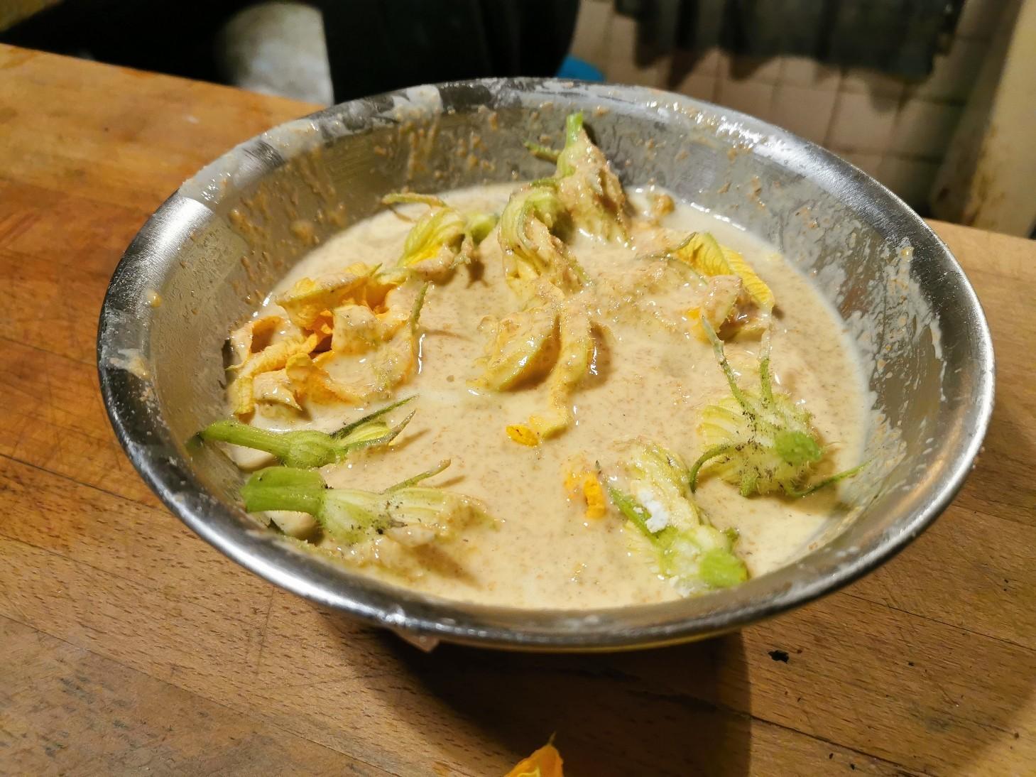 今のイタリアの旬の食べ物は・・・ズッキーニの花のフライ_f0106597_01075125.jpg