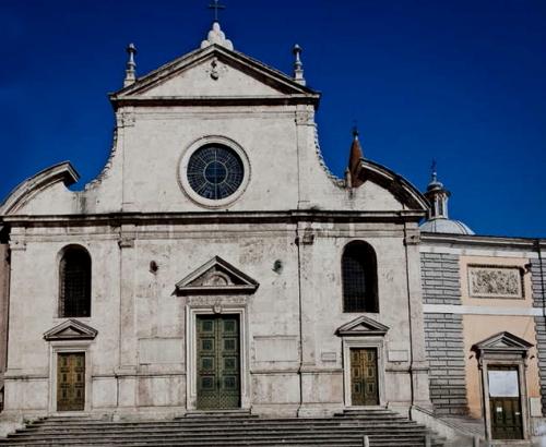 カラヴァッジオの名画や秘宝を有するフラミニア街道の門に隣接する教会_a0113718_18222955.jpg