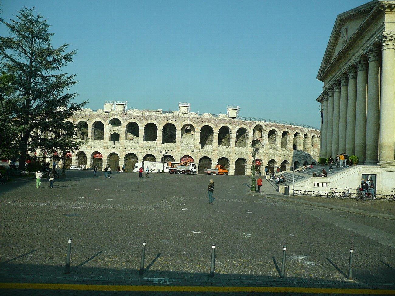 ヴェローナ円形競技場 : レトロな建物を訪ねて