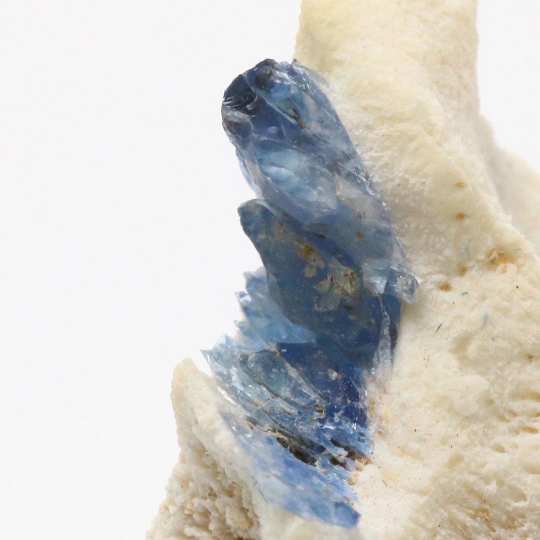 サファイアよりも高価な宝石!?ベニトアイト結晶母岩付き_d0303974_18340300.jpg