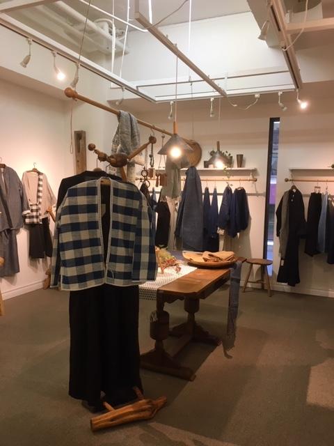 明日が最後。「Ogの自然服」の最終日であり、札幌でのクラフトの畑 Agerにおける企画展の最終日となります。_a0112812_09360479.jpg
