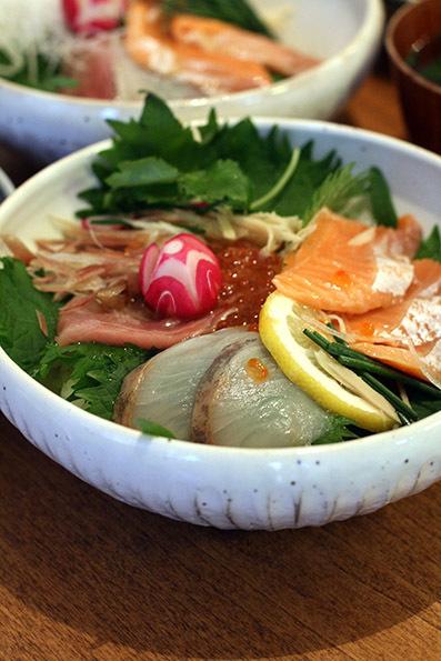 海鮮丼とロールケーキ_e0137277_17123235.jpg