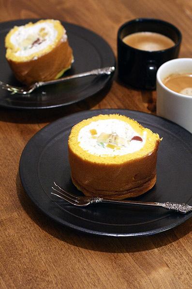 海鮮丼とロールケーキ_e0137277_17124054.jpg