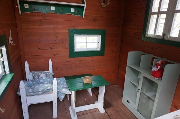 赤ずきんのおばあさんのお家、壁塗り_e0365880_20401801.jpg