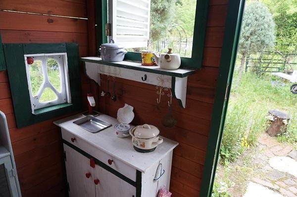 赤ずきんのおばあさんのお家、壁塗り_e0365880_20403068.jpg