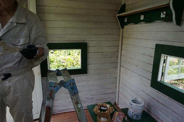 赤ずきんのおばあさんのお家、壁塗り_e0365880_20405279.jpg