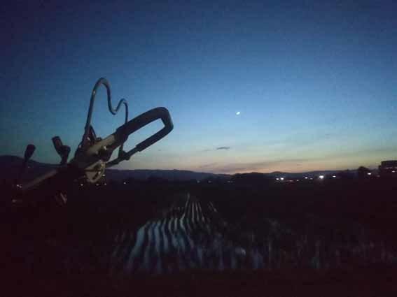 西の空に三日月が浮かんでいる、夕方から夜になるころ。_b0126182_22312095.jpg