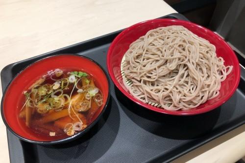 336杯目:富士そば飯田橋駅前店で鶏油香る 鶏ごぼうつけそば_f0339637_09311177.jpg