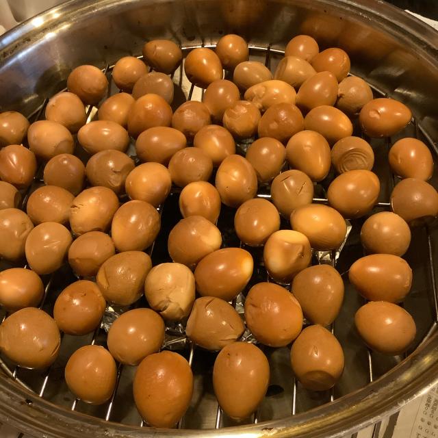 野菜をついばみつつ待つうずら卵の燻製の仕上がり。_a0334793_11575792.jpg