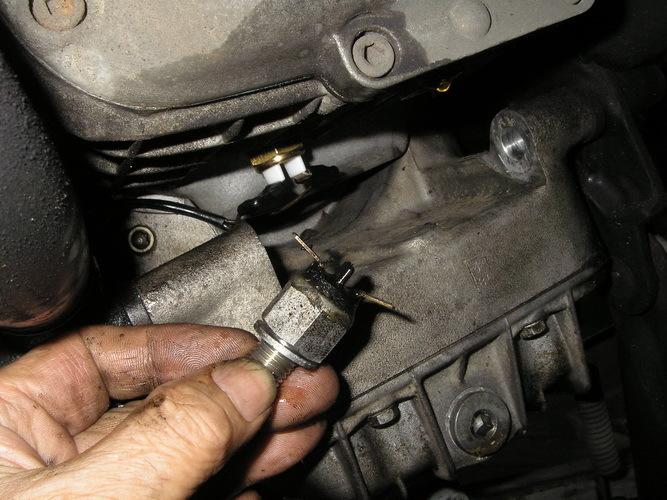 BMW  R100RT ニュートラルスイッチよりオイル漏れ_e0218639_10102886.jpg