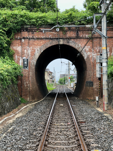思いがけずキレイなトンネル。と、東海道終点と始点。_d0057843_20391978.jpeg
