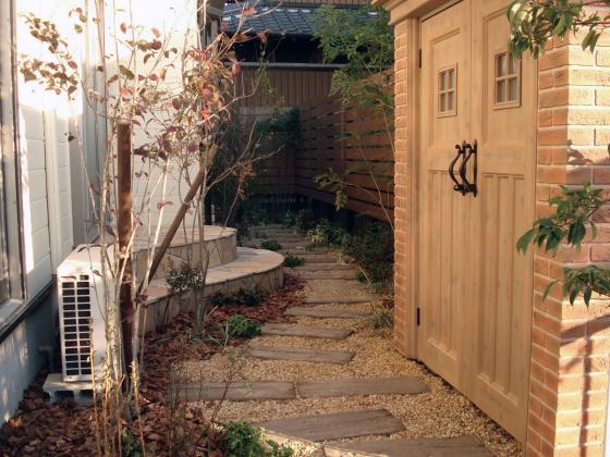 お庭を素敵に変身! ディーズガーデン物置『カンナ』の施工例_b0396601_11033146.jpg