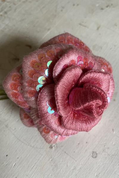 バラの立体刺繍にスパンコールを飾り付けてみました_e0333647_15370481.jpg