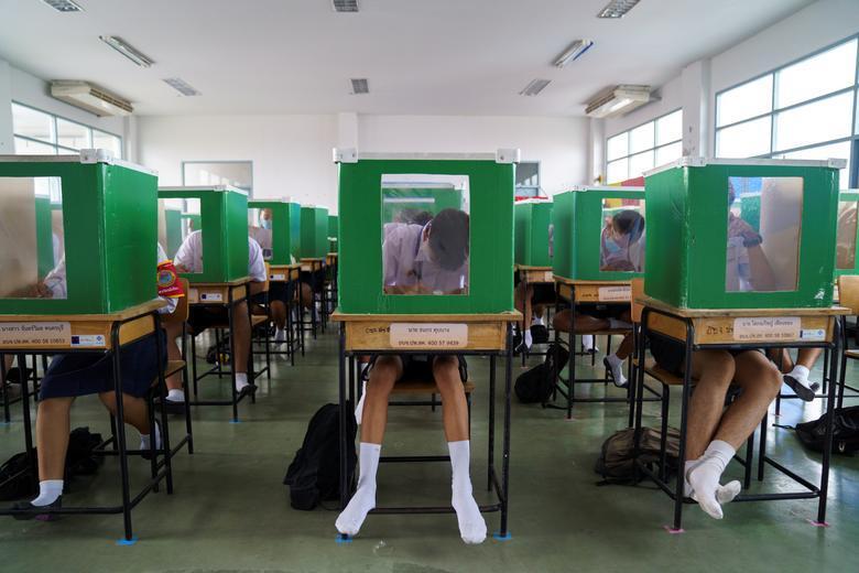 #新型コロナ #対策 : #学校 の #風景 - #個室 #バリケード ?!_a0004752_08052381.jpg