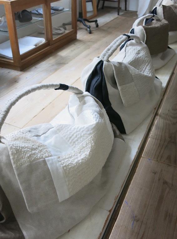 百田むつみさんによる「かばん展」準備中_e0407037_18450686.jpg