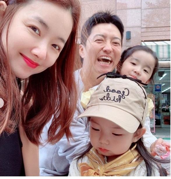 スタイル抜群 ソ・イヒョン 御曹司で俳優の旦那さんとのツーショット 二児の母 幸せいっぱい 娘の写真公開 妊婦グラビア_f0158064_00142926.jpg