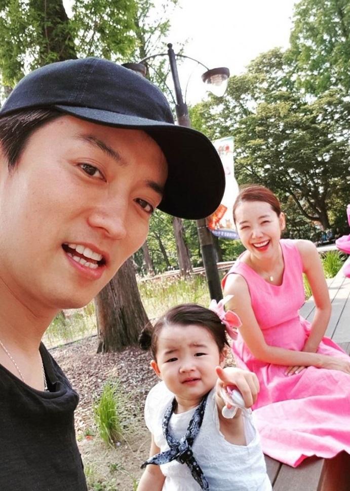 スタイル抜群 ソ・イヒョン 御曹司で俳優の旦那さんとのツーショット 二児の母 幸せいっぱい 娘の写真公開 妊婦グラビア_f0158064_00142932.jpg