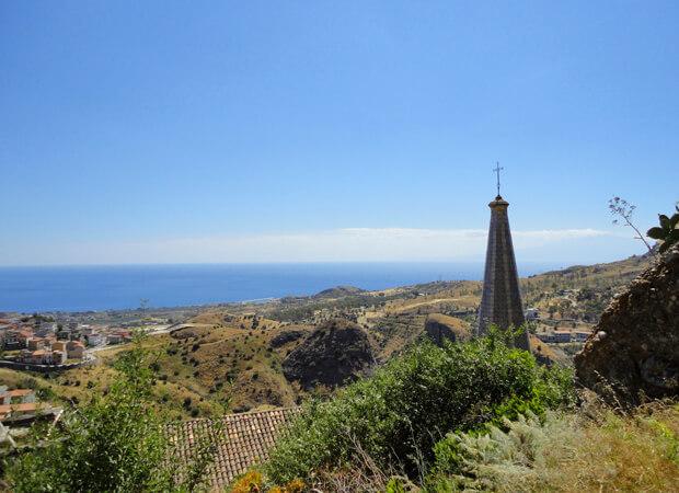 ペンテダッティロ 悲劇を背負い廃墟と化した奇岩の村_f0205783_14512117.jpg